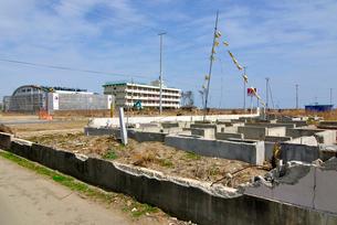 残った住宅基礎部分と黄色いハンカチの写真素材 [FYI03173809]