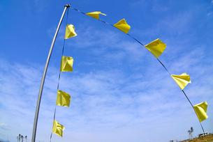 住宅跡地に掲げられた希望の黄色いハンカチの写真素材 [FYI03173811]