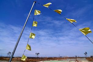 住宅跡地に掲げられた希望の黄色いハンカチの写真素材 [FYI03173812]