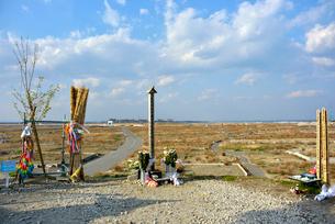 閖上・日和山の供養塔と更地になった閖上の町の写真素材 [FYI03173819]
