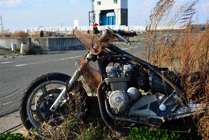 放置されたままのバイクの写真素材 [FYI03173824]
