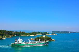 馬放水道に浮かぶ島と大型船の写真素材 [FYI03174105]