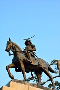 朝日に映える伊達政宗騎馬像の写真素材 [FYI03174535]