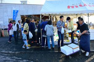ゆりあげ港朝市で買い物をする人々の写真素材 [FYI03175038]