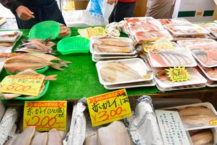 ゆりあげ港朝市で売られている生鮮食品の写真素材 [FYI03175042]