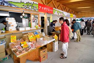 ゆりあげ港朝市で買い物をする人々の写真素材 [FYI03175044]