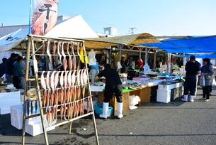 ゆりあげ港朝市で売り買いする人々の写真素材 [FYI03175066]