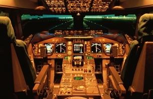 飛行機B747-400のコックピットの写真素材 [FYI03175143]