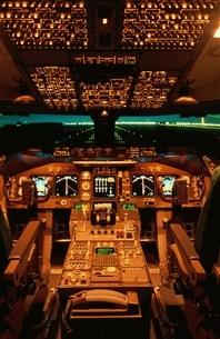 飛行機B747-400のコックピットの写真素材 [FYI03175147]