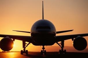 旅客機のB777と夕日の写真素材 [FYI03175149]