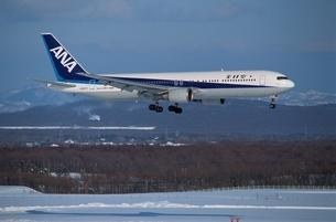 飛行機B767 千歳空港の写真素材 [FYI03175164]