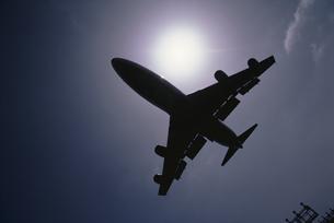 空を飛ぶ飛行機の写真素材 [FYI03175176]