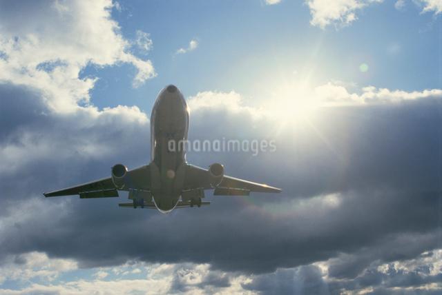 空を飛ぶ飛行機の写真素材 [FYI03175194]