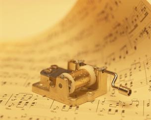 楽譜の上のオルゴール(セピア)の写真素材 [FYI03175324]