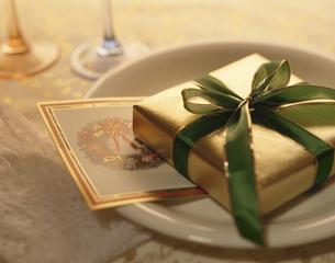 プレゼントとカードのクリスマスイメージの写真素材 [FYI03175334]