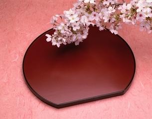 赤い盆の上の桜の花の写真素材 [FYI03175352]