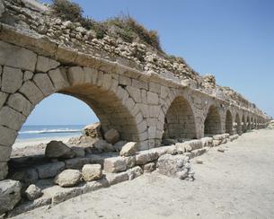 ローマ時代の導水橋 カイザリア イスラエルの写真素材 [FYI03175708]