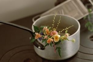 花(ミニバラ・スプレー菊)の写真素材 [FYI03175766]