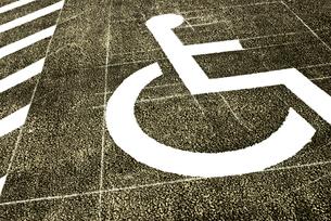 障害者用駐車スペースマークの写真素材 [FYI03175860]