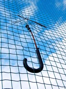 ネットにぶら下がる壊れた傘の写真素材 [FYI03175889]