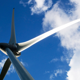 光る風力発電機のブレードの写真素材 [FYI03175920]