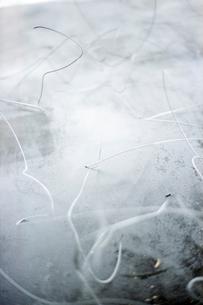 鉄板の上の曲がった針金の写真素材 [FYI03175930]