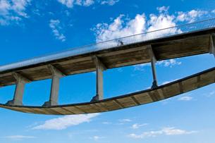 海岸に架かる自転車歩行者専用橋の写真素材 [FYI03175936]