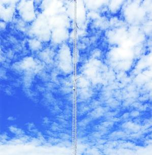 海岸に立つ無線塔の写真素材 [FYI03175959]