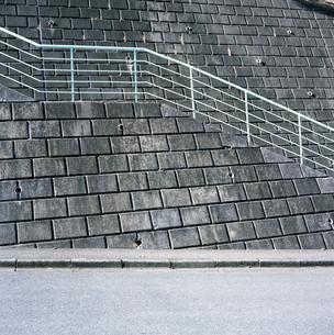 鶴川団地傾斜地の青い階段の写真素材 [FYI03175984]