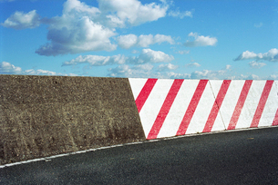 防波堤道路の警告標識の写真素材 [FYI03175987]