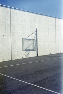 バスケットゴールの影の写真素材 [FYI03176011]