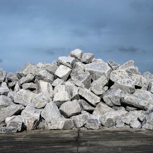 岸壁に積まれた鉱石の写真素材 [FYI03176042]