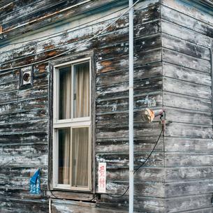 古い木造の建物の窓の写真素材 [FYI03176048]