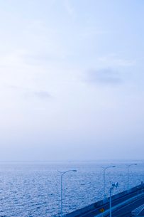 早朝の海ほたるから望む東京湾千葉方向の写真素材 [FYI03176073]