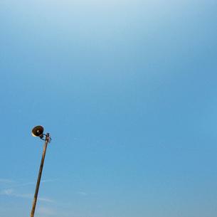 青空を背景にした海岸拡声器の写真素材 [FYI03176074]