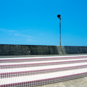 青空を背景にした海岸拡声器の写真素材 [FYI03176082]