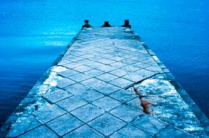 曇り空の敦賀湾に突き出した突堤の写真素材 [FYI03176083]