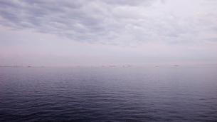 早朝の海ほたるから望む東京湾木更津方向の写真素材 [FYI03176084]