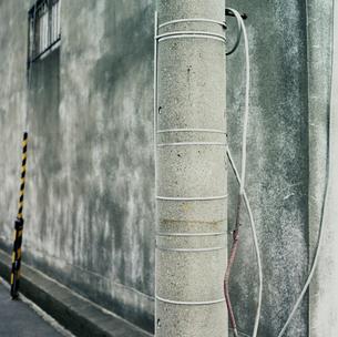 電柱と古い倉庫の壁面の写真素材 [FYI03176085]