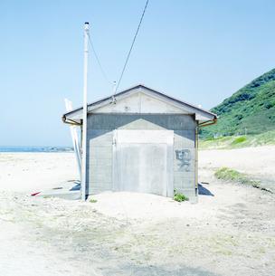砂浜に建てられたトイレの写真素材 [FYI03176086]