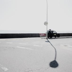 海岸道路に駐車する四駆自動車の写真素材 [FYI03176105]