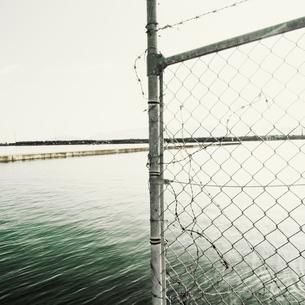 突堤を遮る侵入防止柵の写真素材 [FYI03176106]