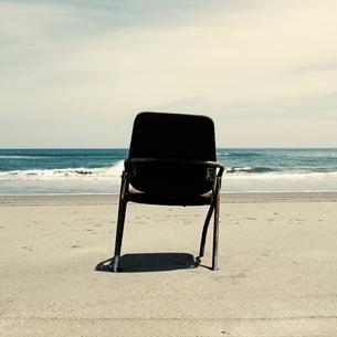 砂浜に捨てられたスチールの椅子の写真素材 [FYI03176107]