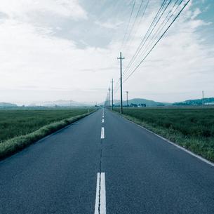直線に進む農道の写真素材 [FYI03176109]