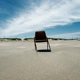 砂浜に捨てられたスチールの椅子の写真素材 [FYI03176112]