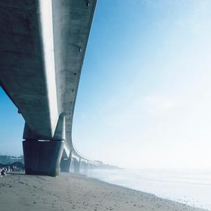 海岸を走る日立バイパス(6号線)の橋脚の写真素材 [FYI03176114]