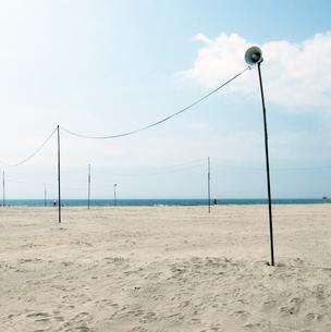砂浜を走る電線と拡声器の写真素材 [FYI03176125]