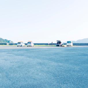 早朝の海岸駐車場の写真素材 [FYI03176132]
