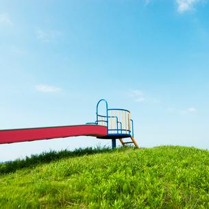 丘の上のカラフルな滑り台の写真素材 [FYI03176139]