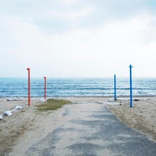 海岸の砂浜に打たれた杭の写真素材 [FYI03176206]